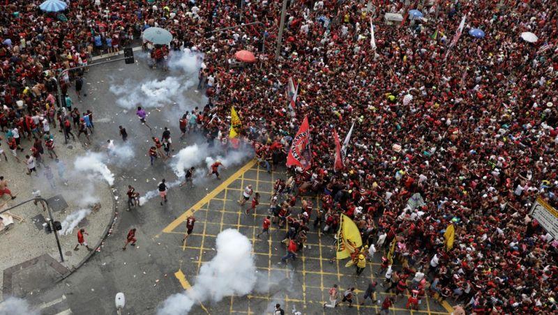 Desfile do Flamengo para comemorar o título da Libertadores termina em confusão no Centro do Rio