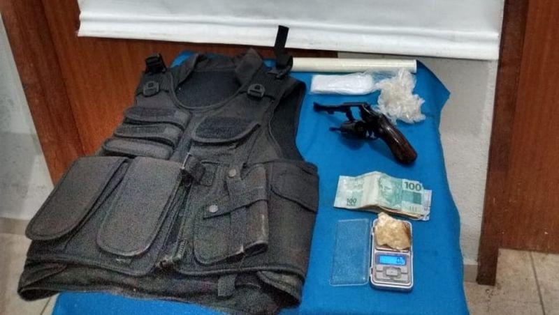 Suspeito de tráfico de drogas é detido em Juiz de Fora com arma e colete à prova de balas