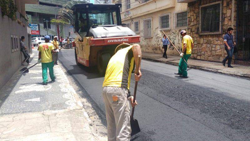 Prefeitura de Juiz de Fora assina contrato com BDMG para asfaltamento de 20 ruas