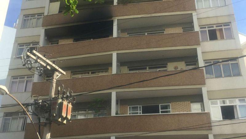 Bombeiros combatem incêndio em apartamento em Juiz de Fora