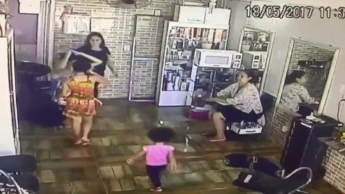 Mãe é presa suspeita de usar filhas de 3 e 10 anos para furtar celulares no DF