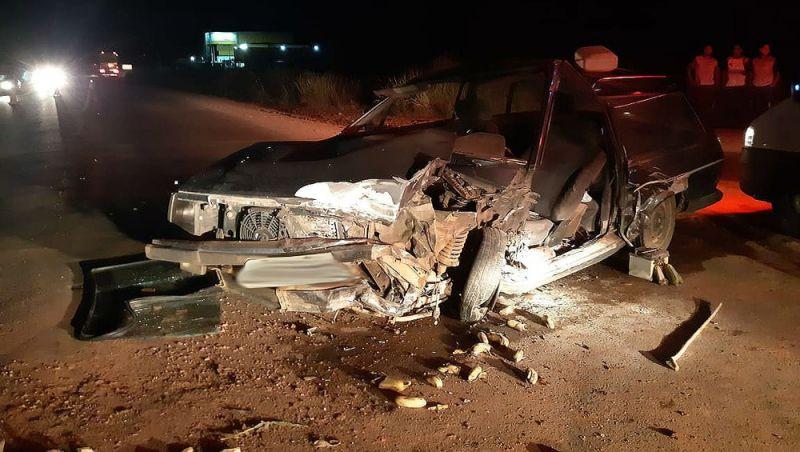 Duas pessoas ficam feridas após carro bater em carreta na BR-116 em Leopoldina