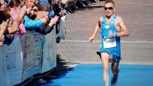 Atleta completa maratona com as partes íntimas à mostra e é aplaudido