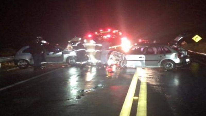 Colisão entre carros deixa quatro pessoas feridas na BR-267 em Lima Duarte