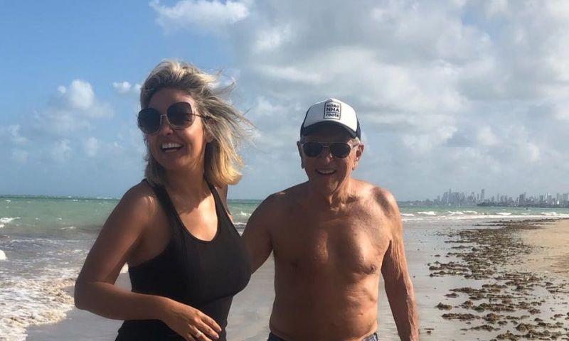 """""""Corpinho de 82"""", exalta Carlos Alberto de Nóbrega em foto com mulher"""