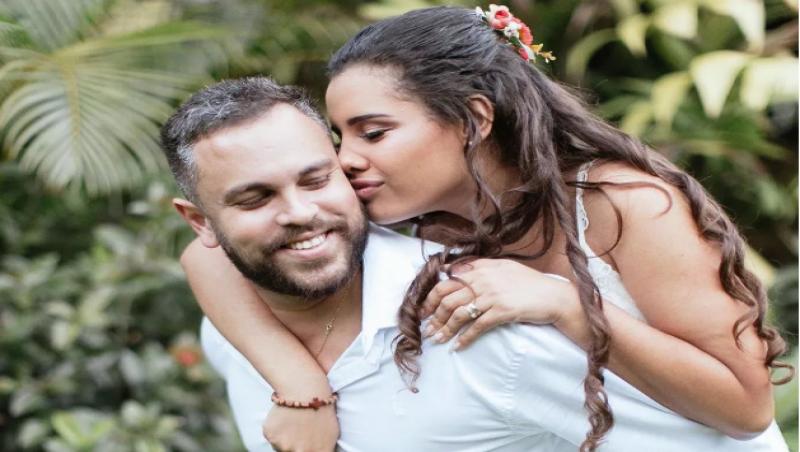 Influenciadora cometeu suicídio um dia após casar consigo mesma