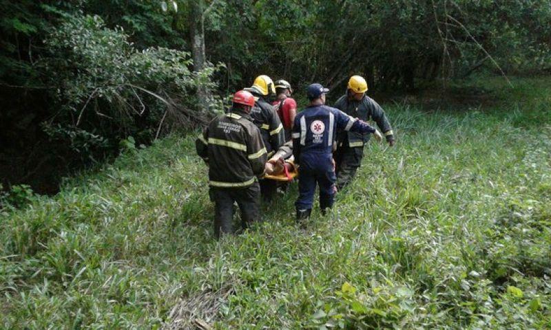 Pai e filho ficam feridos em acidente de caminhão na BR-265 em Barroso, MG