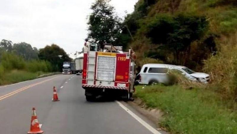 Carro de funerária sai da pista e deixa feridos na BR-116 em Além Paraíba