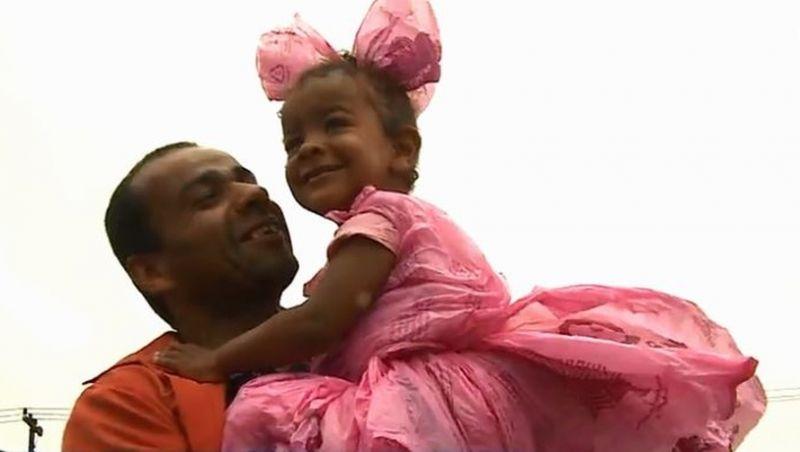 Sem dinheiro, pai usa sacolas de mercado e cria fantasia de princesa para filha ir a festa em escola