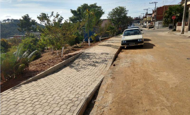 Secretaria de Obras finaliza passeio e meio-fio em área verde do Bairro Nova Suíssa em JF