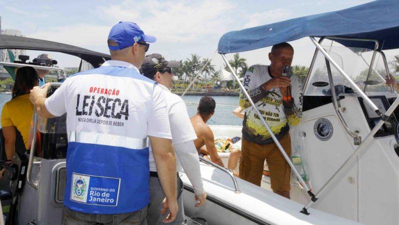 Operação marítima em Niterói combate mistura de álcool e direção