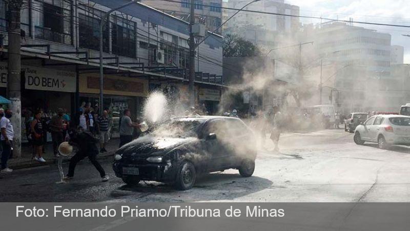 Carro pega fogo na Avenida Getúlio Vargas, no Centro de Juiz de Fora