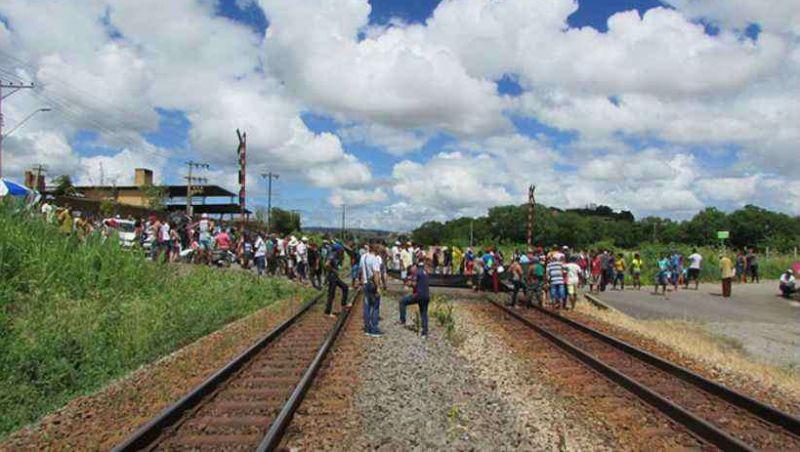Pescadores fecham ferrovia da Vale entre BH e o Espírito Santo após aval para Samarco mudar indenização