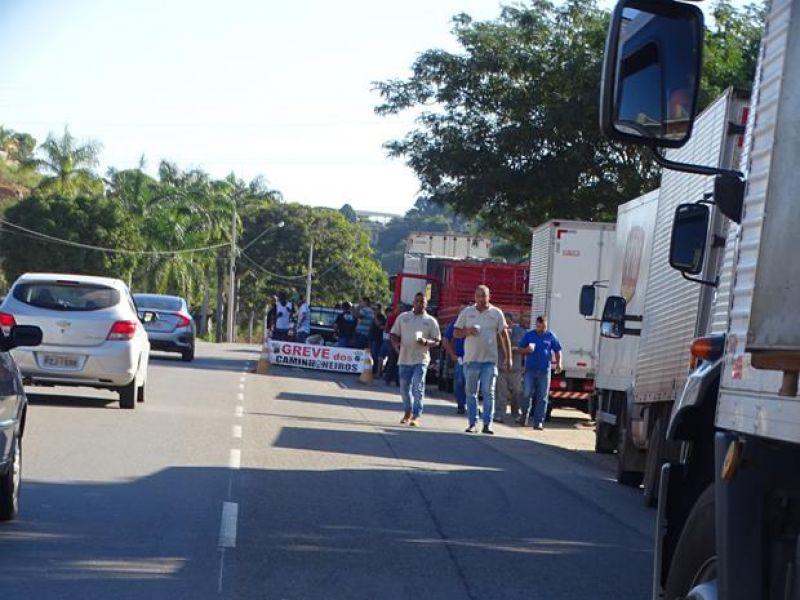 BR-356 em Muriaé também é bloqueada para caminhões e Taxistas fazem manifestação de apoio a categoria