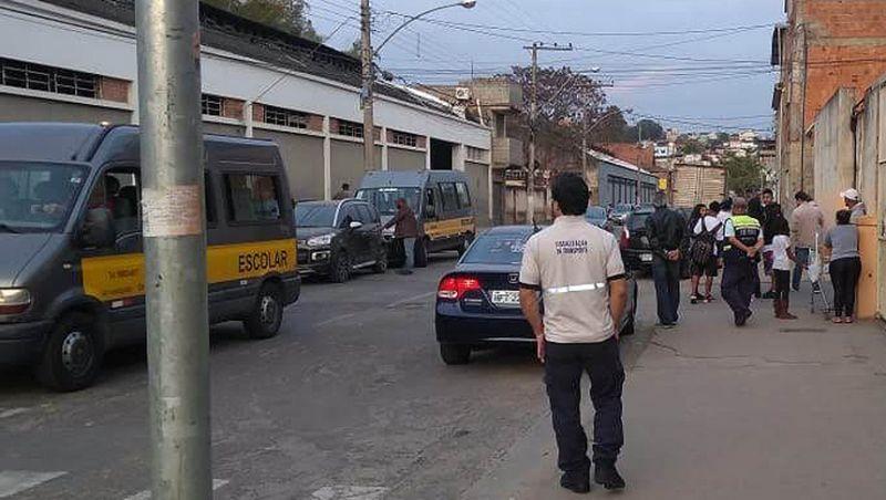 Agentes da Settra fiscalizam vans escolares em Juiz de Fora