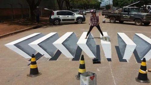 Grafiteira pinta faixa de pedestres em 3D em Sorriso