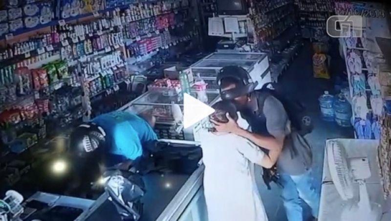 Assaltante beija idosa em roubo a loja: 'Não quero seu dinheiro'