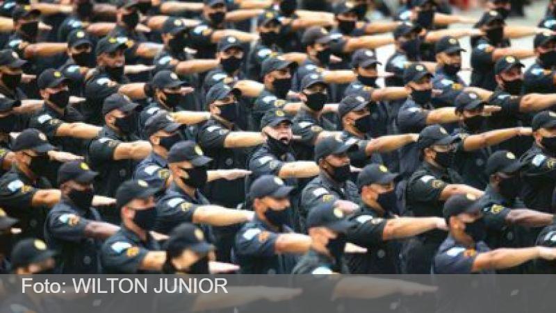 Presidente patrocina um perigoso projeto de autonomia às polícias militares e avança no estímulo aos fardados. O objetivo é se eternizar no poder