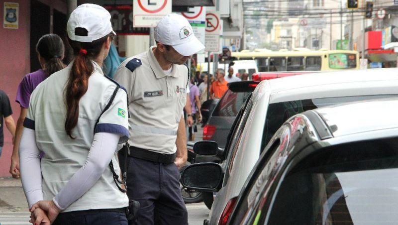 Veículos são autuados por estacionamento irregular na região central de Juiz de Fora