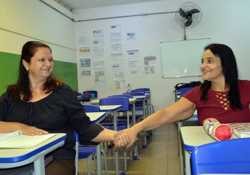 Amigas de infância se reencontram na sala de aula após 40 anos