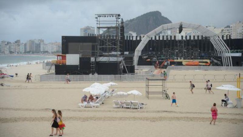 Palco da virada em Copacabana está quase pronto e já atrai turistas