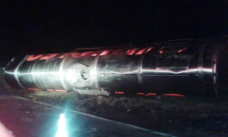 Carreta carregada de álcool tomba na BR-040 em Carandaí