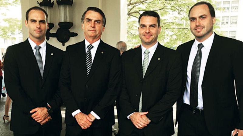 Bolsonaro, filhos dele e ministros têm supostos dados vazados por grupo hacker Anonymous