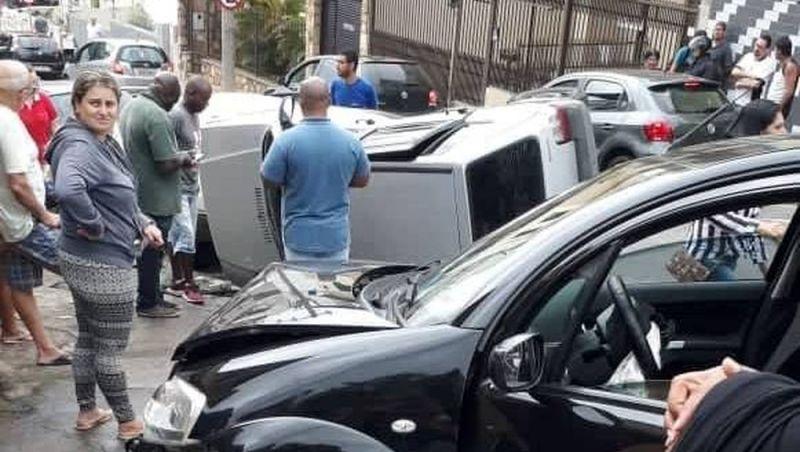 Carro capota após batida no Bairro Manoel Honório em Juiz de Fora