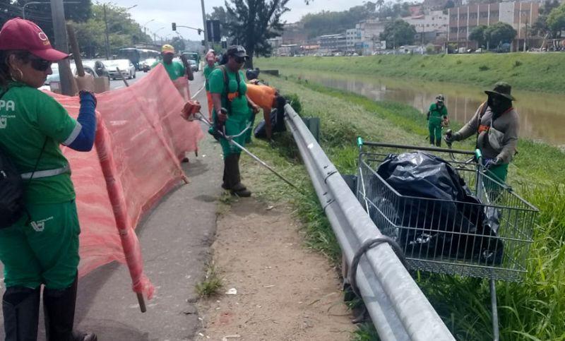 Demlurb realiza limpeza nas margens do Rio Paraibuna em JF