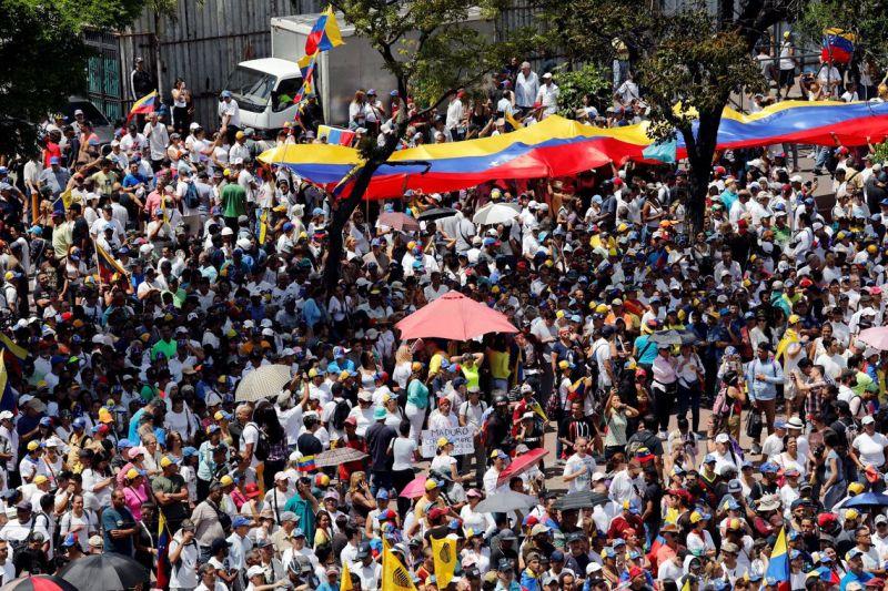 Manifestantes saem às ruas em várias cidades da Venezuela