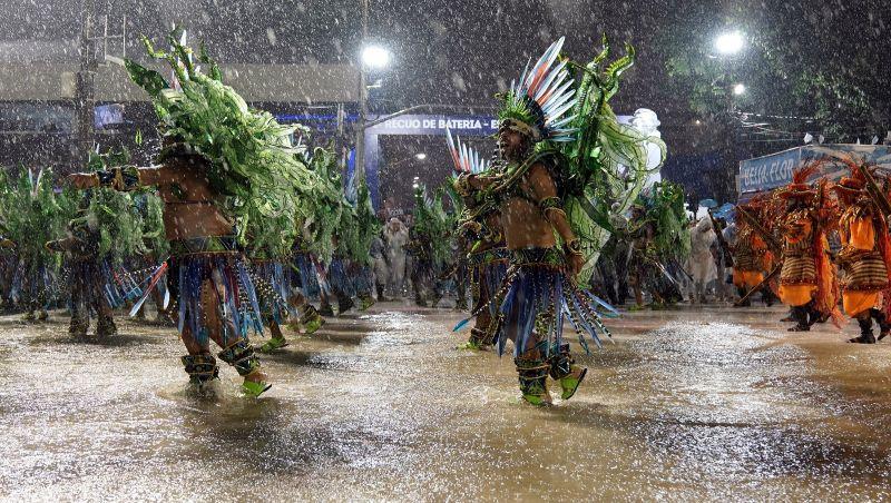 Desfile das Campeãs tem festa em meio a temporal, pés descalços e 'alma lavada' na Sapucaí