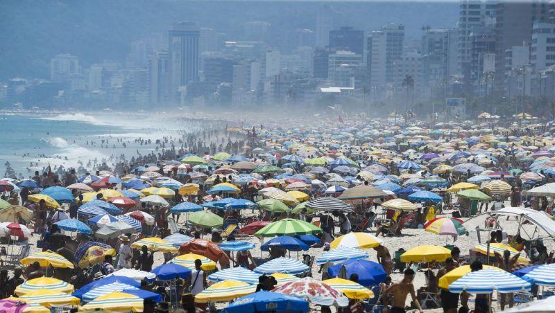 Cariocas aproveitam a praia no primeiro fim de semana do verão