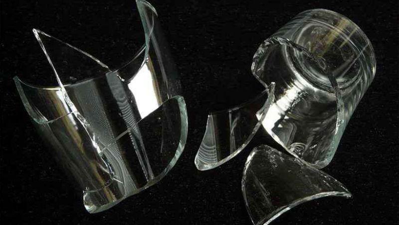 Por copo quebrado, homem tenta matar a mulher a facadas em MG