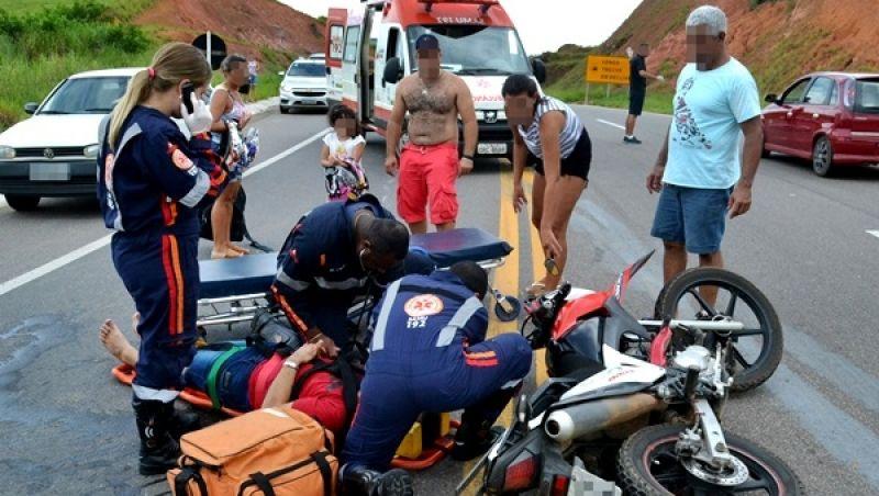 BR-116: casal fica ferido em colisão entre motocicleta e carro