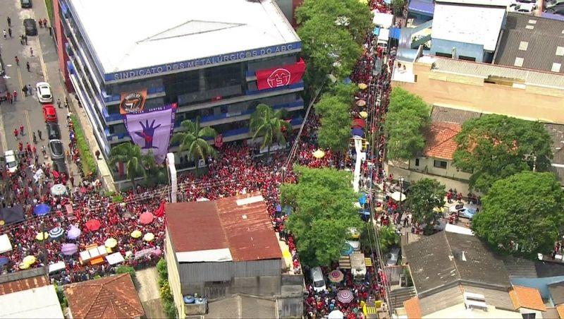 Após ser solto, Lula participa de comemoração em sindicato em São Bernardo do Campo