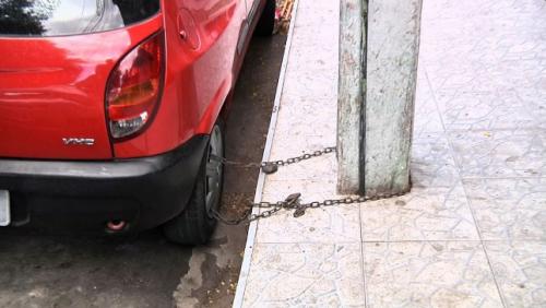 Homem acorrenta carro a poste para evitar furto em Fortaleza