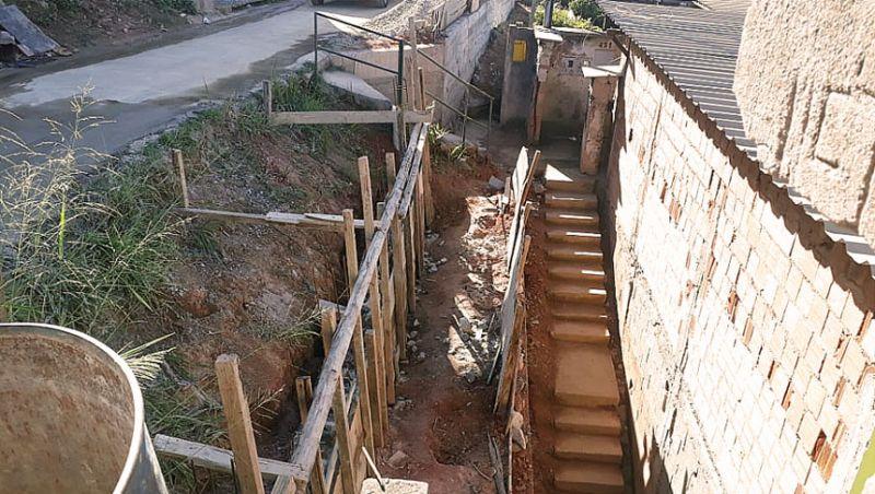 Secretaria de Obras constrói muros de contenção no Bairro Santa Cruz em Juiz de Fora