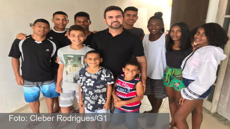 'Melhor sensação do mundo', diz pai que adotou 13 filhos no RJ