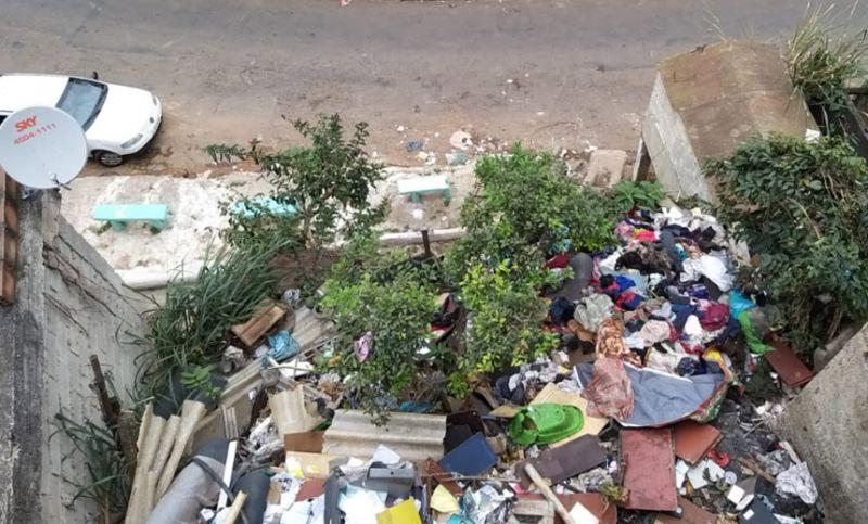 """""""Sala de Operações da Dengue"""" realiza ação de limpeza em casa na Vila Olavo Costa em JF"""
