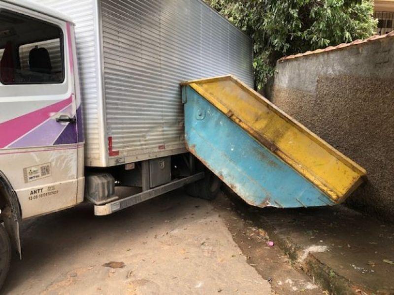 Caminhão perde o freio e bate em árvore e muro em Cataguases