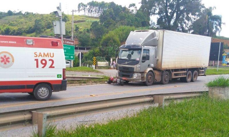 Motociclista fica ferido ao bater em caminhão na BR-040 em Santos Dumont