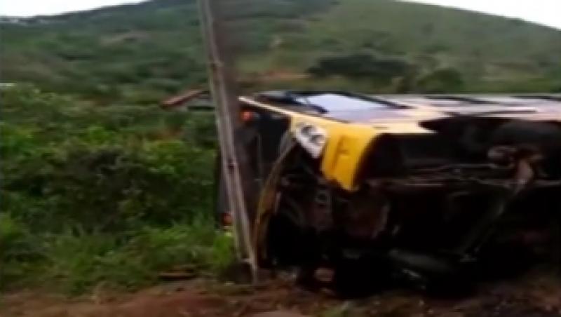 Um micro-ônibus que transportava estudantes tomba e é atingido por trem em Santana do Deserto, MG