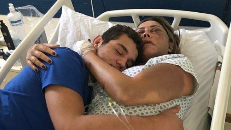 Rayron Gracie publica foto abraçado com a mãe, vítima de agressão: 'Guerreira'