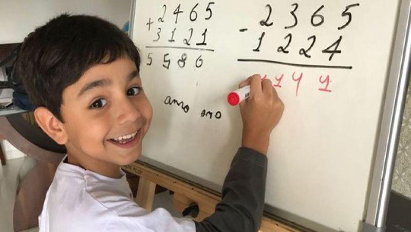 Menino de 7 anos lança livro em Brasília e dá dicas de português e matemática na web