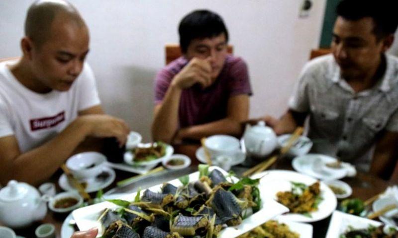 No Vietnã, serpentes são comidas fritas como salsichas