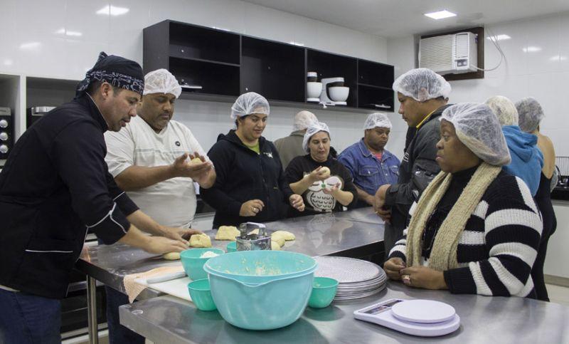 """""""Dia da Pizza"""" é comemorado com aprendizado gourmet na Associação dos Cegos em JF"""