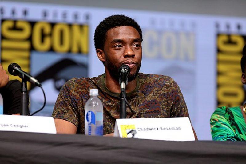 """Chadwick Boseman, astro de """"Pantera Negra"""", morre aos 43 anos"""