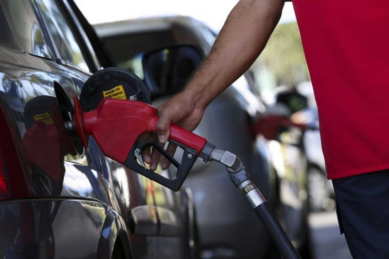 Petrobras anuncia reajuste de 12% no preço da gasolina nesta quinta