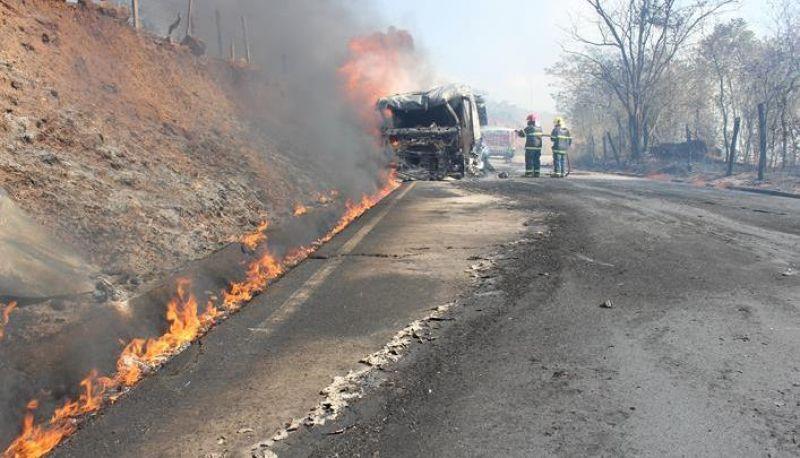Carreta de combustíveis pega fogo na Estrada Muriaé-Miraí e queima grande área de vegetação