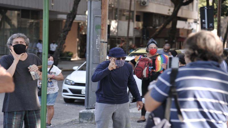 No Rio, PM usa bombas de gás para dispersar manifestantes em Copacabana
